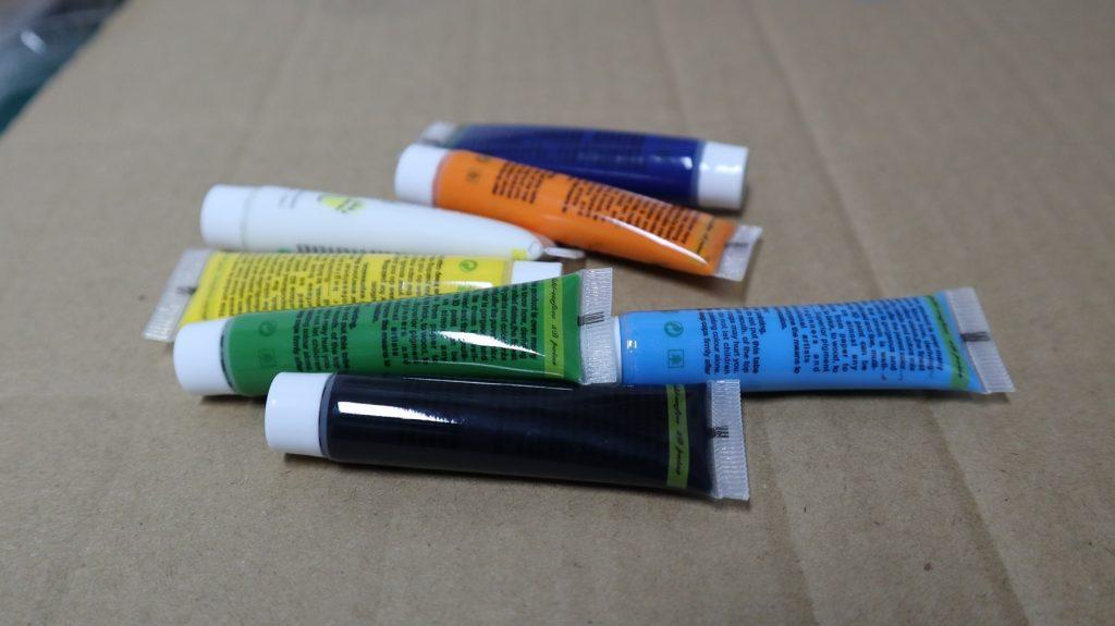 Pintura acrílica en varios colores