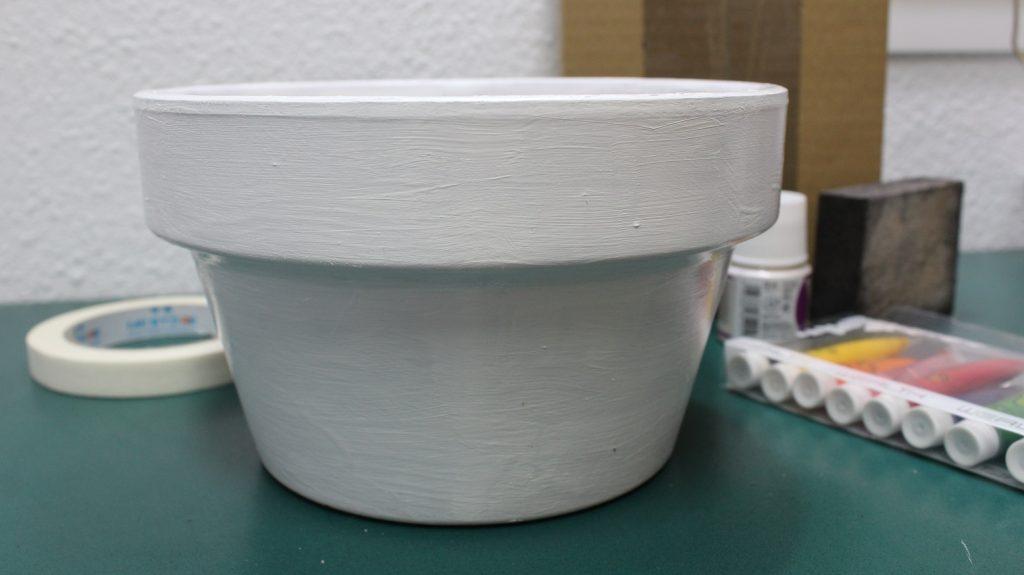 maceta pintada de blanco